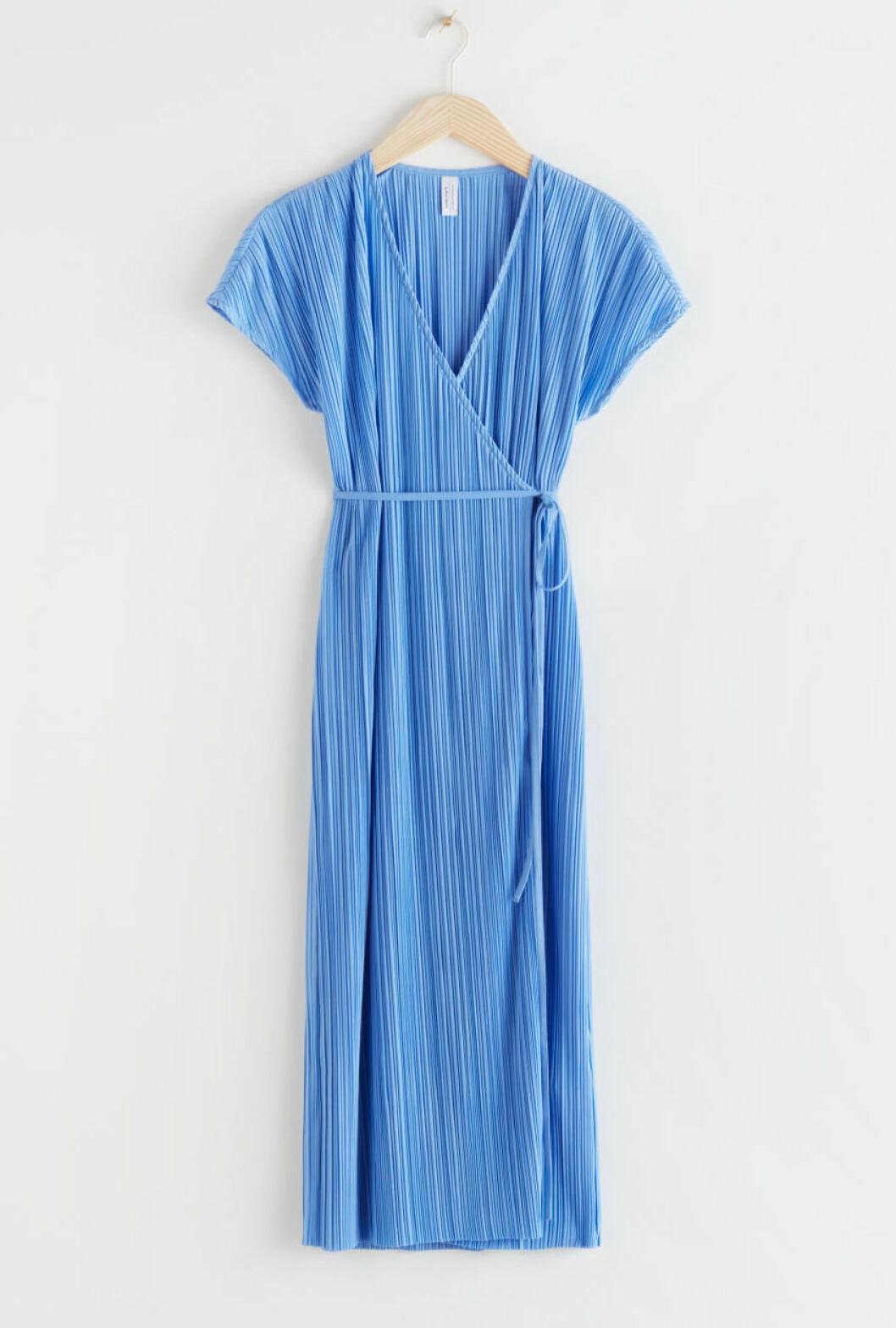 Blå plisserad klänning med knytband till bröllopet 2020