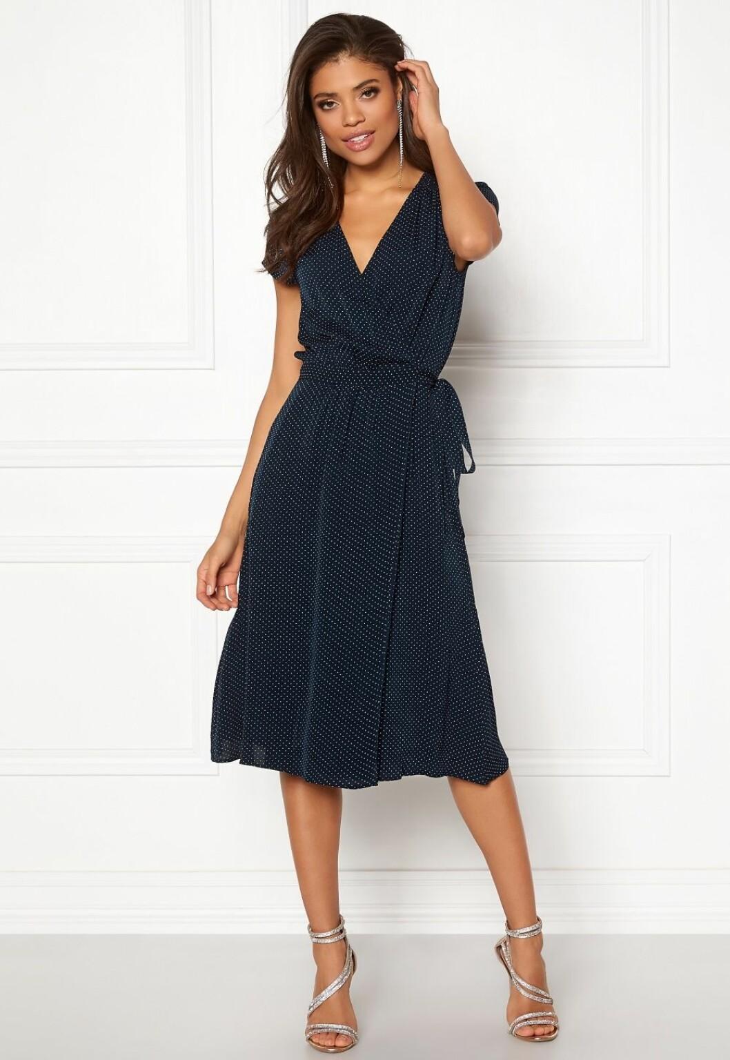 Blå klänning i omlottmodell som passar till bröllop