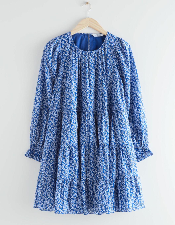 Blå sommarklänning med volym för gravidmagen