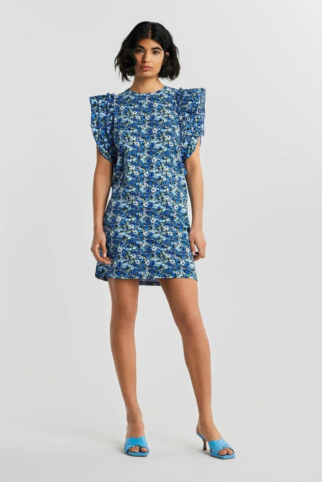 Blommig klänning i blått för dam till 2020