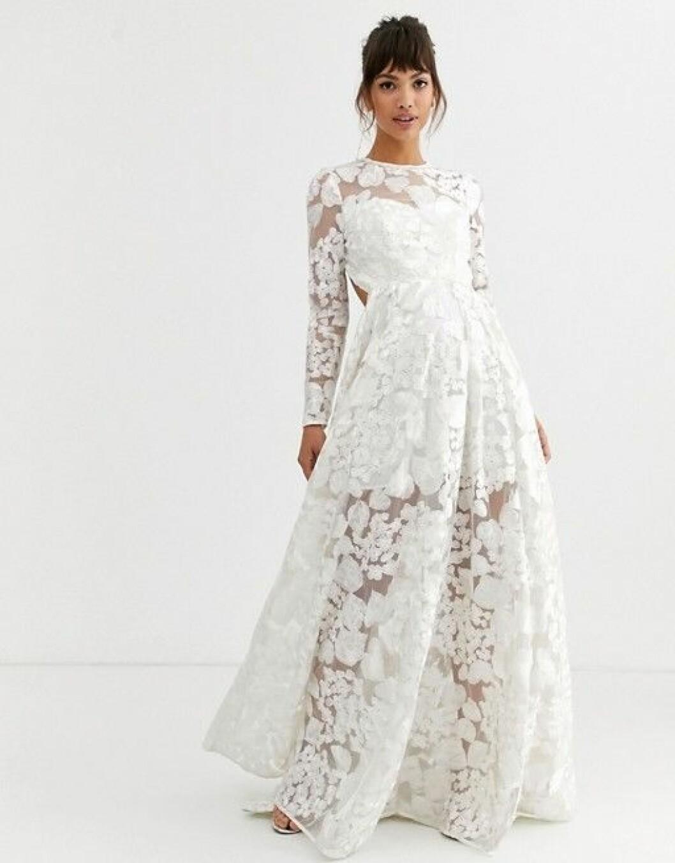 En bild på en brudklänning med broderade blommor och öppen rygg från Asos.
