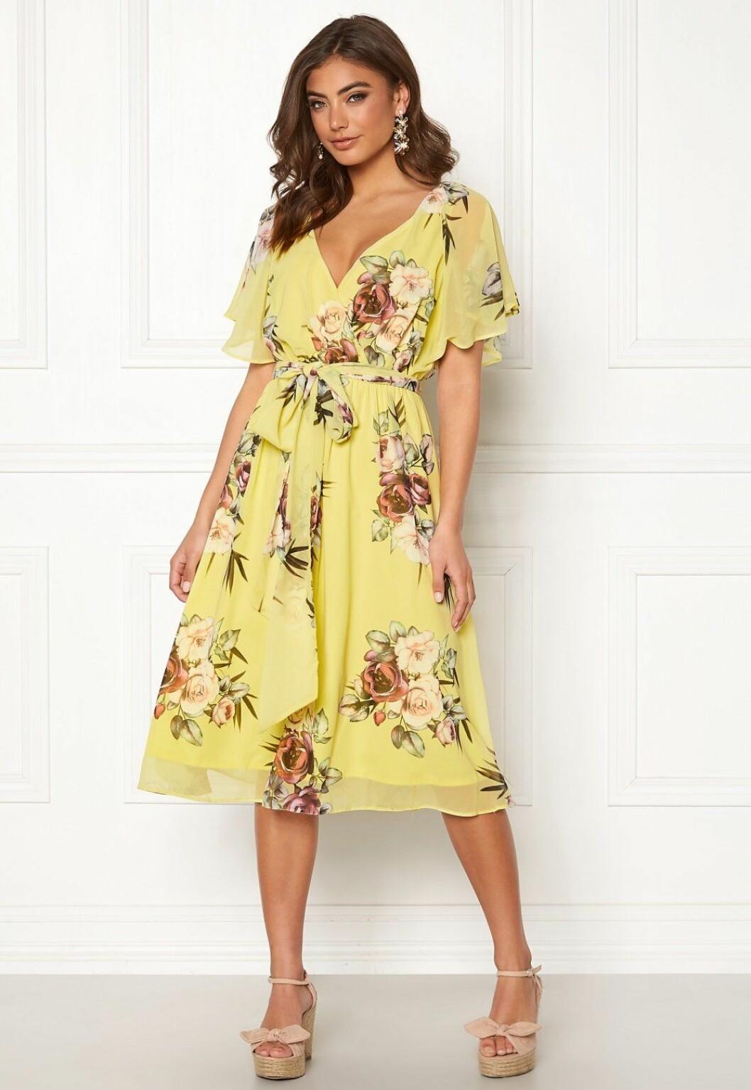 Gul blommig klänning med knytband i midjan till bröllopet 2020