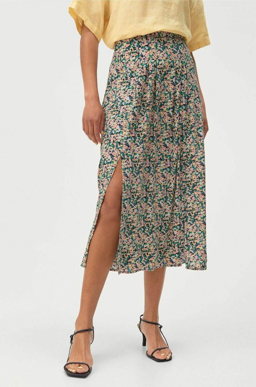 Småblommig kjol med slits för dam till 2020