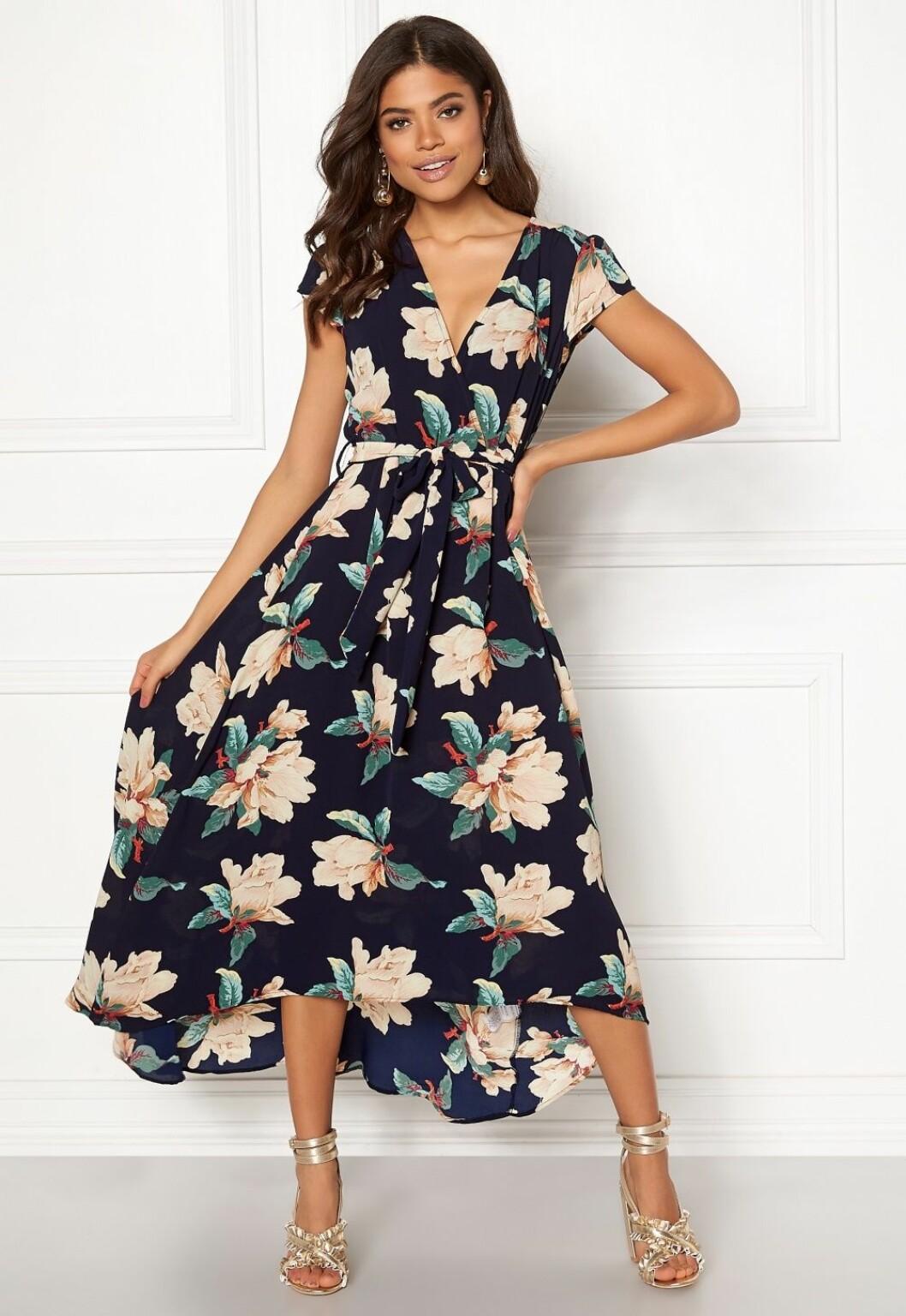Blommig klänning till bröllop 2019