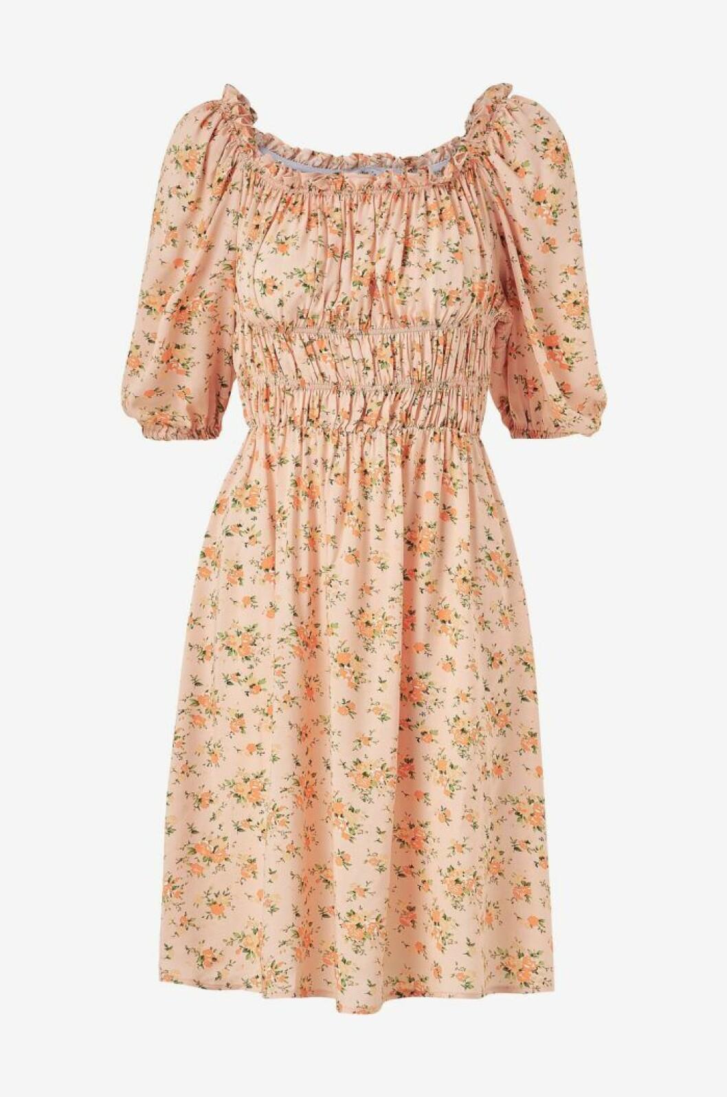 Blommig klänning med puffärm till midsommar 2020