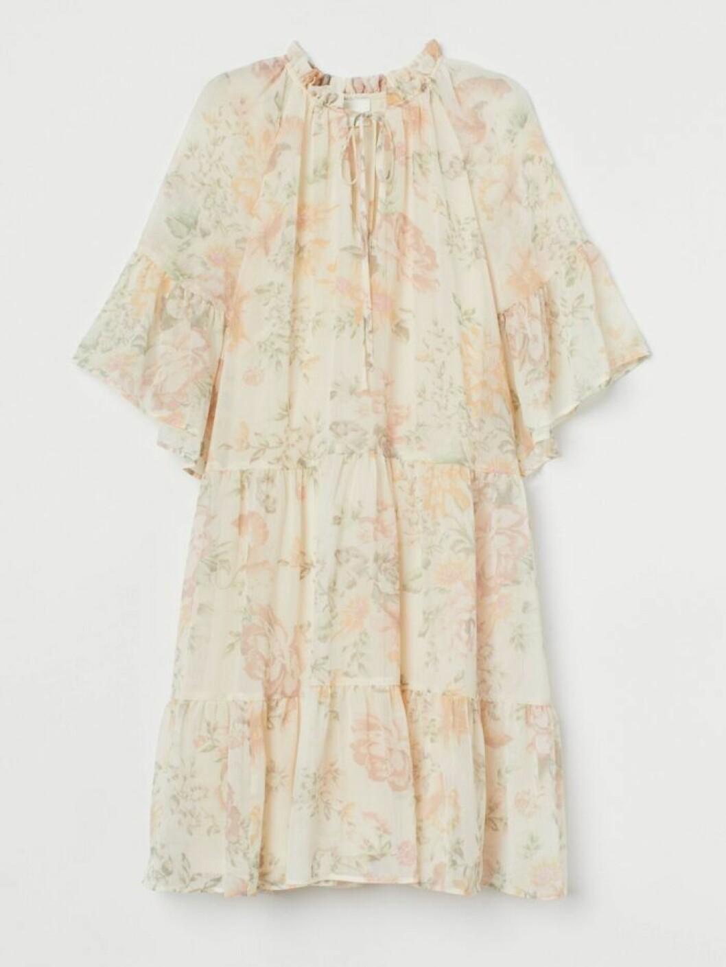 Blommig klänning med volanger till midsommar 2020