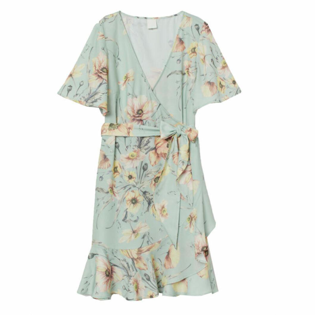 Blommig klänning i omlott