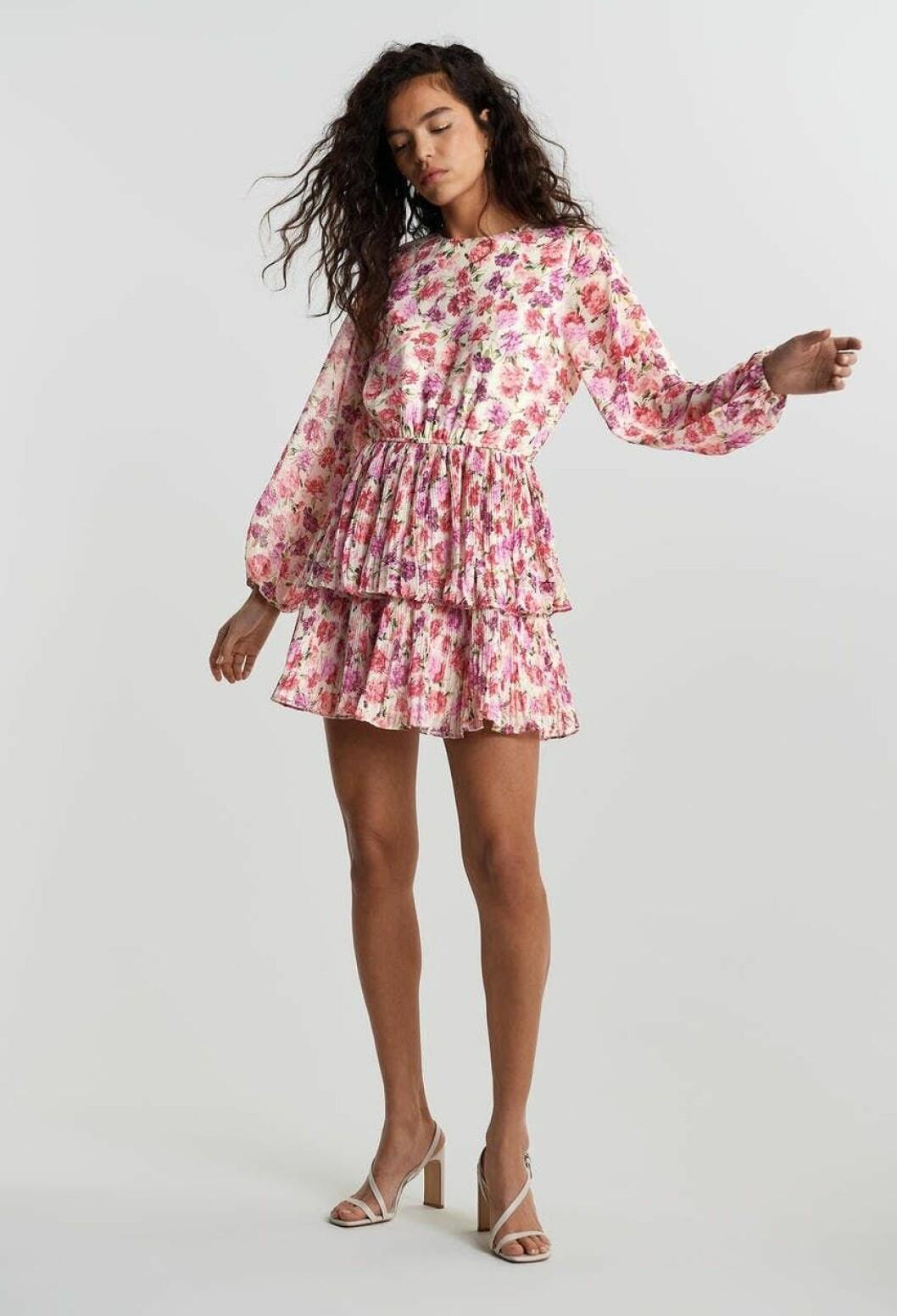 Rosa blommig klänning för dam till sommaren 2020