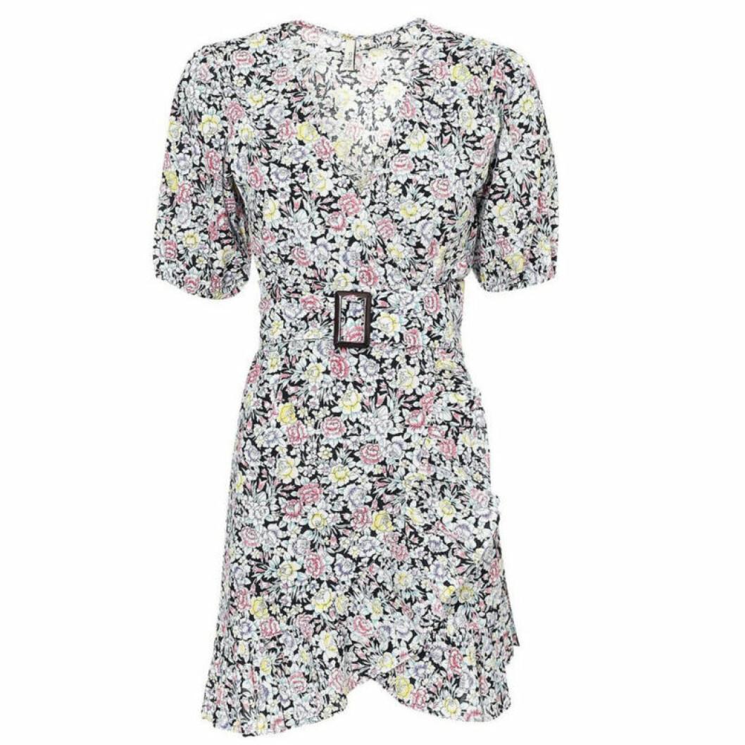Blommig klänning med skärp i midjan