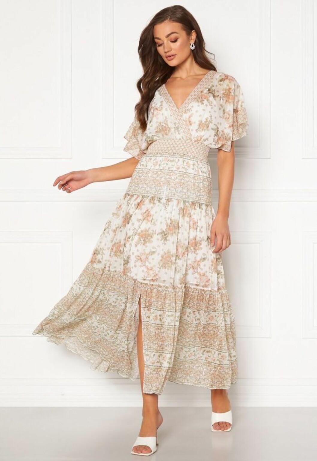 Blommig klänning med smock i midjan till 2020