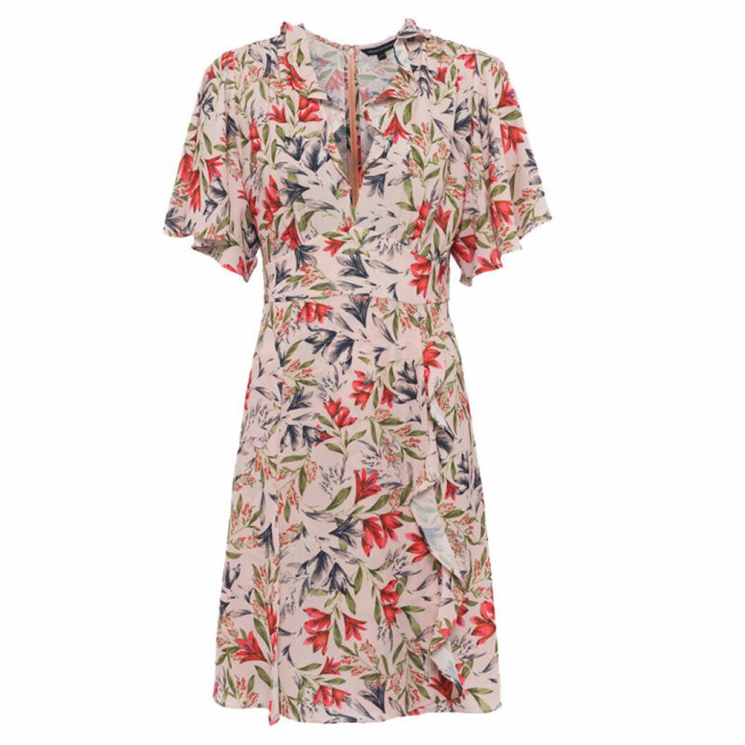 Blommig klänning med volangdetalj