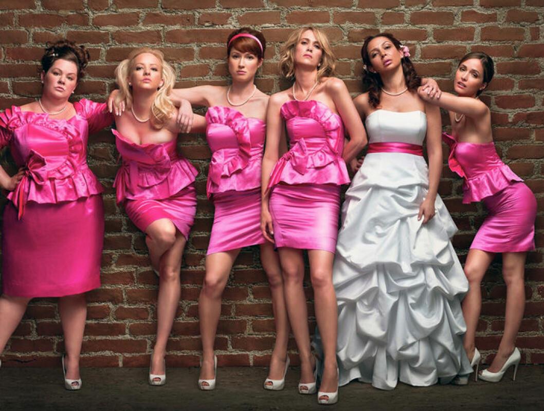 En bild på skådespelarna i den romantiska komedin Bridesmaids.