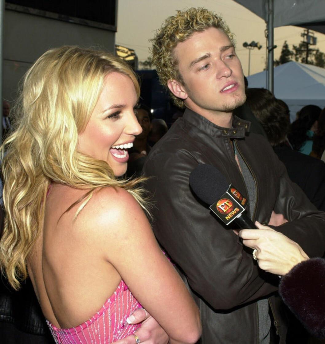 En bild på paret Britney Spear och Justin Timberlake på AMA-galan 2002.