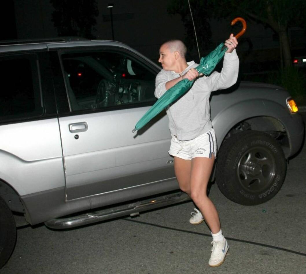 Britney Spears med ett paraply slår på en bil