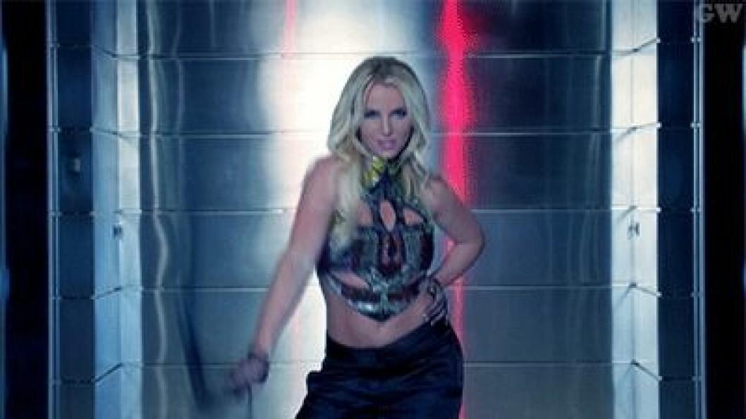Artisten Britney Spears med en piska.