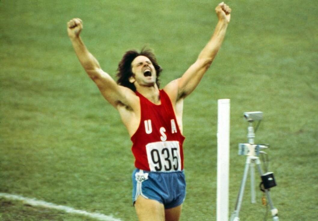 Bruce Jenner sträcker upp armarna i luften och skriker av glädje när han vinner OS-guld