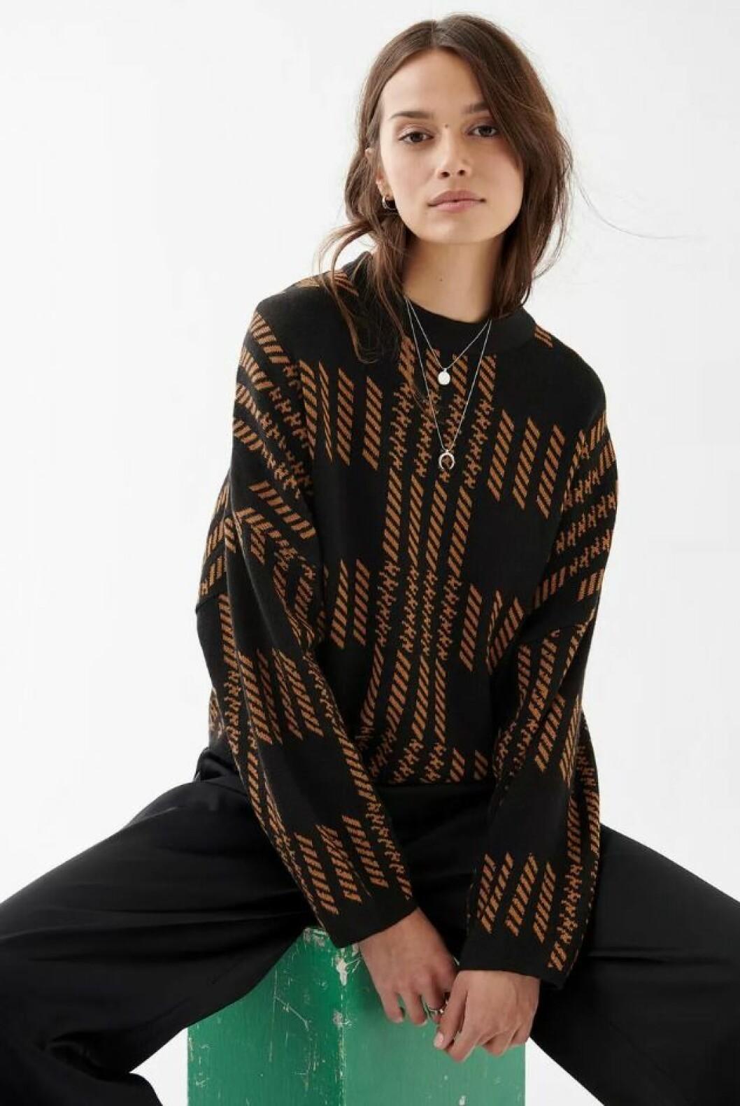 Stickad tröja i brunt och svart från Gina tricot