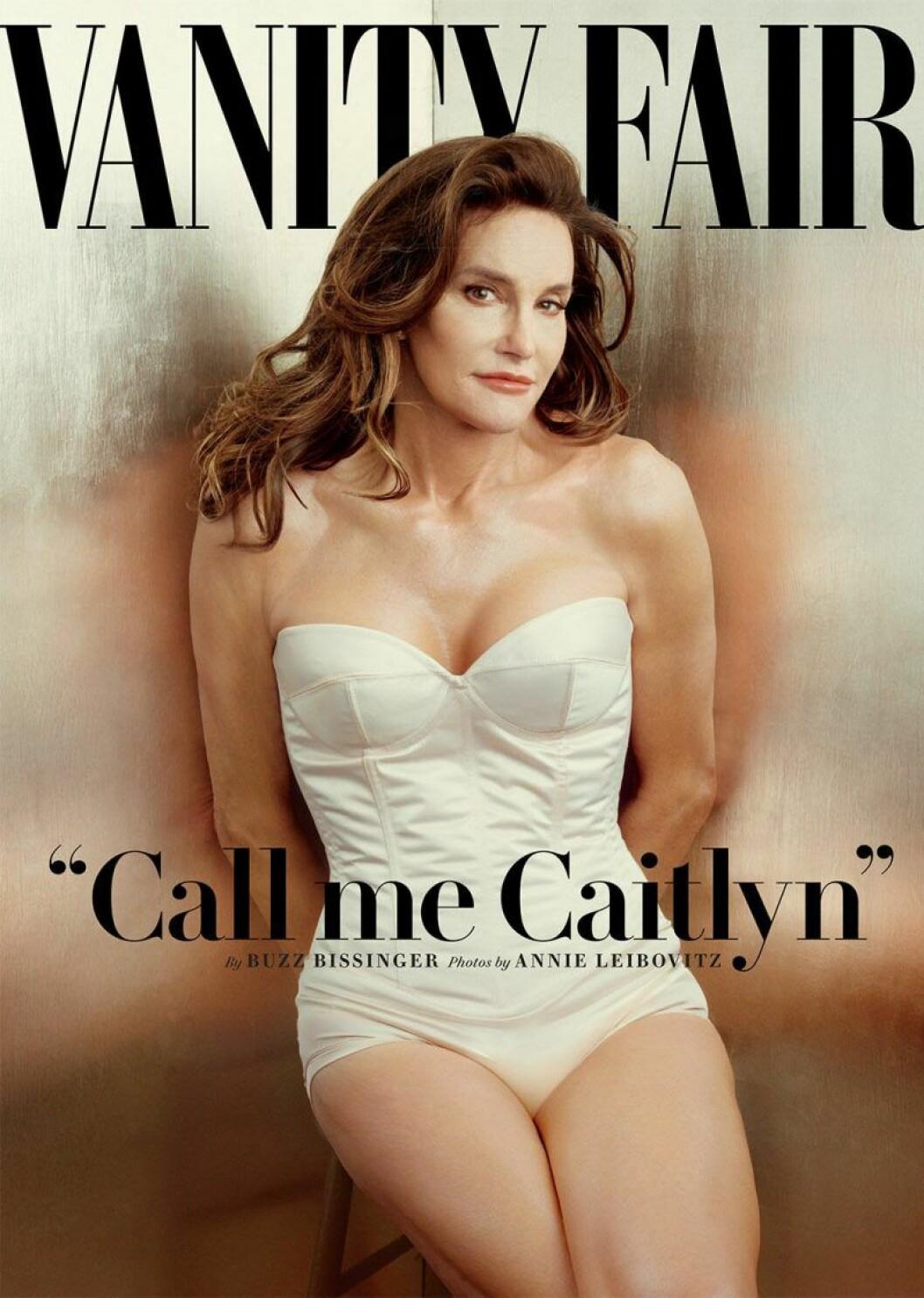 Caitlyn Jenner stå i en vit body med händerna bakom ryggen