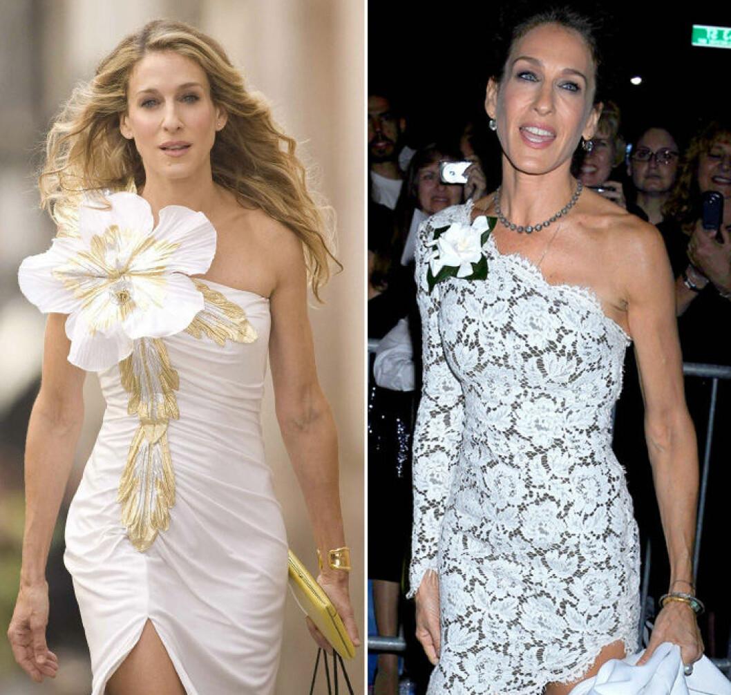 Carrie Bradshaw och Sarah Jessica Parker i vit klänning med blomma på axeln