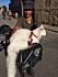 Carla Hagberg och katten Cezar reser tillsammans