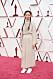 Chloé Zhao i beige klänning och vita sneakers