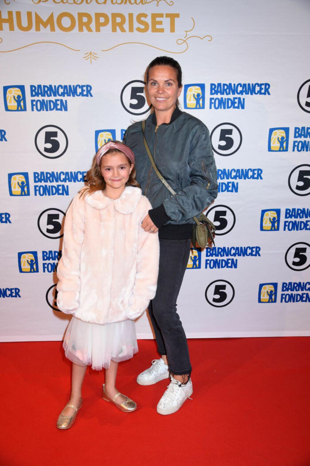 Clara Herngren med dotter Iris Herngren på röda mattan på Barncancergalan 2019