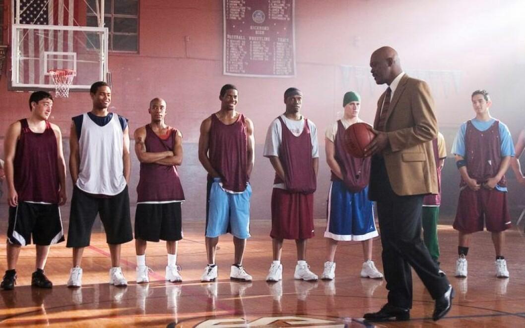 Baskettränare pratar till spelarna.