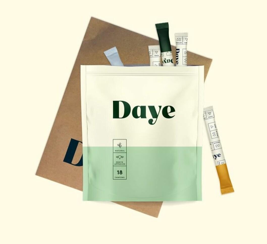 Daye tar fram tamponger med cannabis som ska linda mensvärk