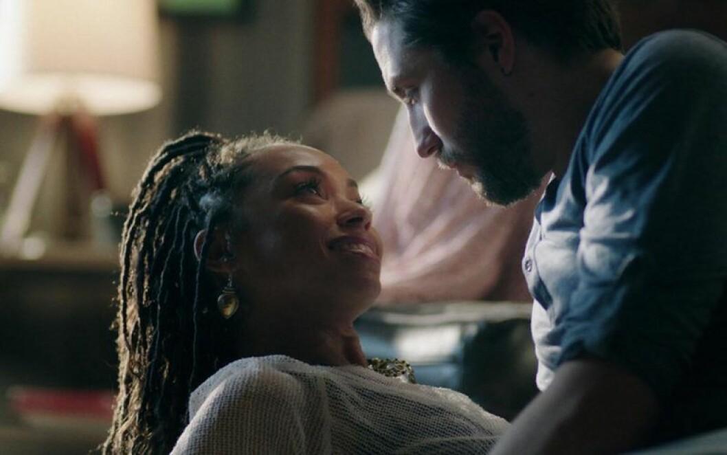 Man tittar kvinna djupt i ögonen.