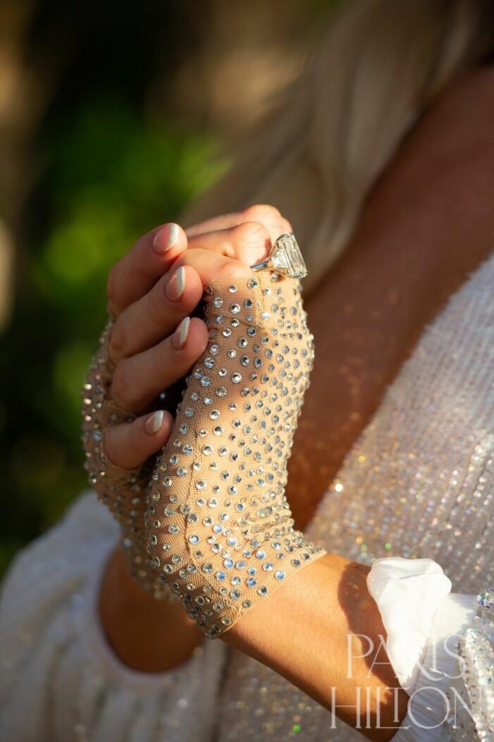 Det är ingen dålig ring hon bär, Paris Hilton.