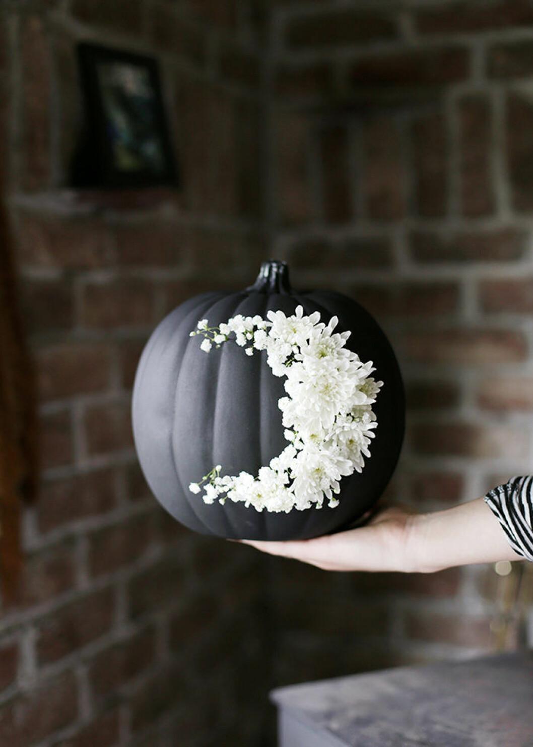 stilren svart pumpa med blommor - DIY