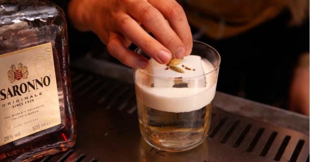 drink med smak av semla med is och kardemummakärnor på toppen