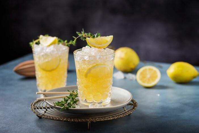 Gul drink med is och citron