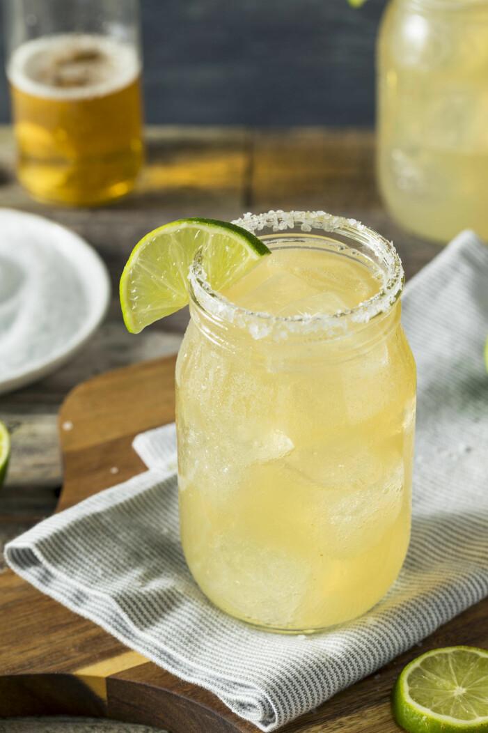 Gul drink med lime och salt på kanten