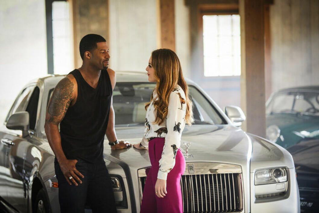 En bild från tv-serien Dynasty som finns på Netflix.