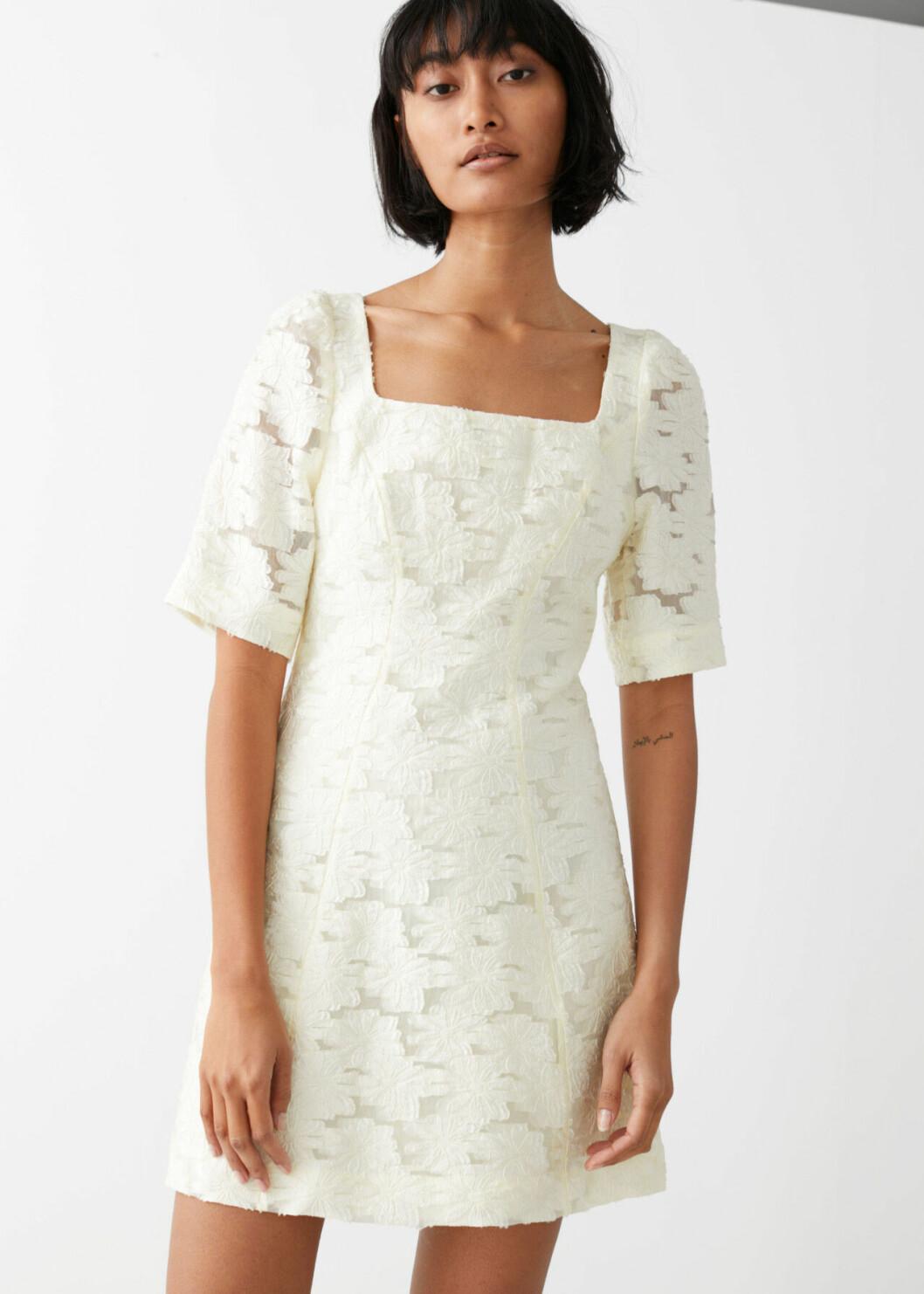 Enkel brudklänning i kort modell