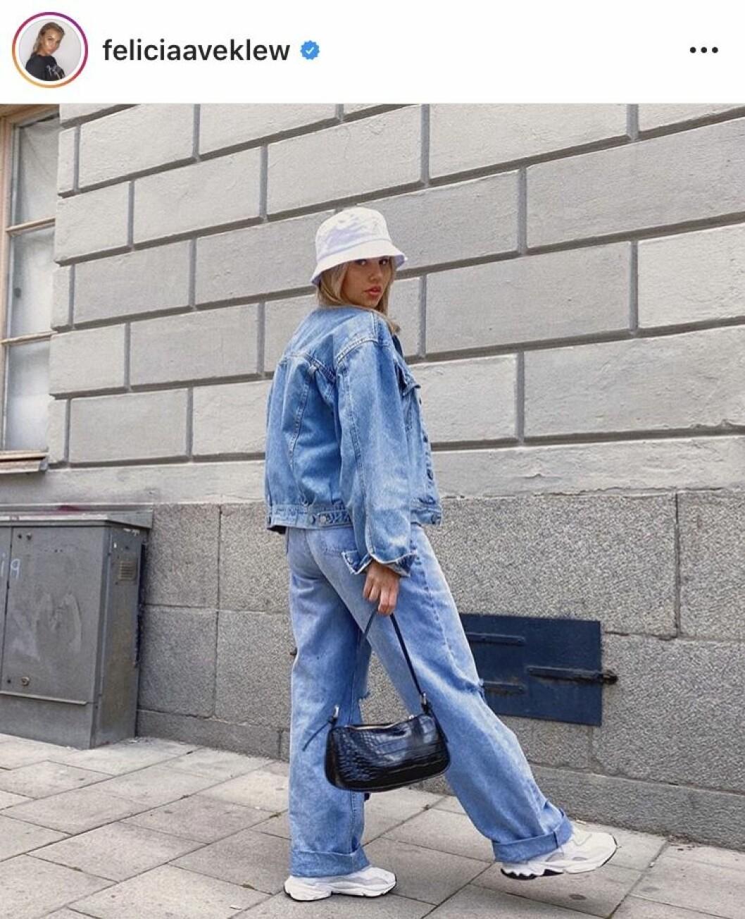 Felicia Aveklew i helkroppsbild iklädd jeansjacka och jeans
