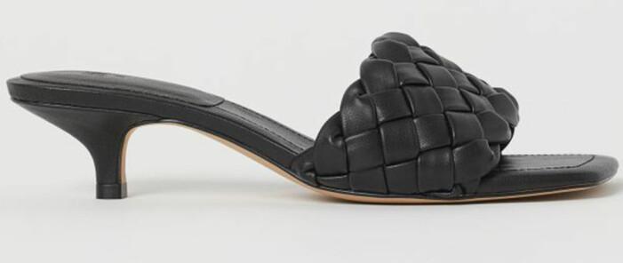 svarta flätade sandaletter från H&M som påminner om Bottega Venetas skor