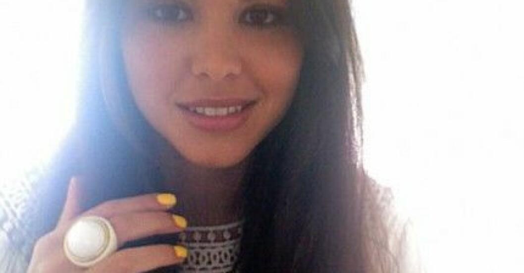 Freja Kjellberg i gult nagellack från H&M.