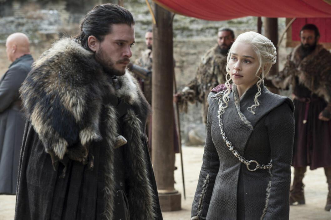 En bild på karaktärerna Jon Snow och Daenerys Targaryen i tv-serien Game of Thrones.
