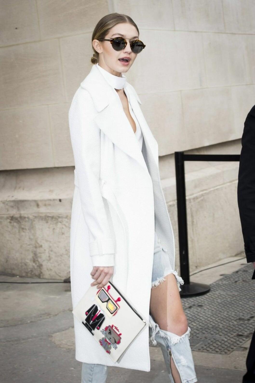 Gigi Hadid i vit kappa.