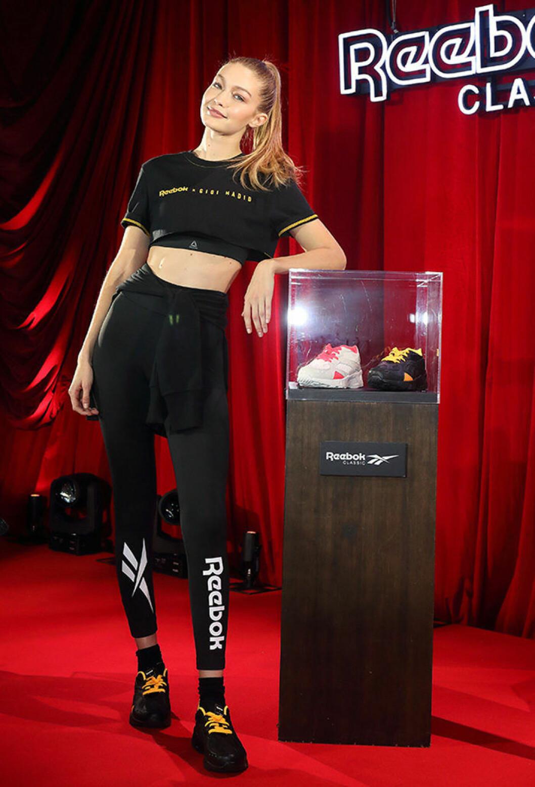 En bild på modellen Gigi Hadid under ett event i Tokyo för sin nya kollektion.
