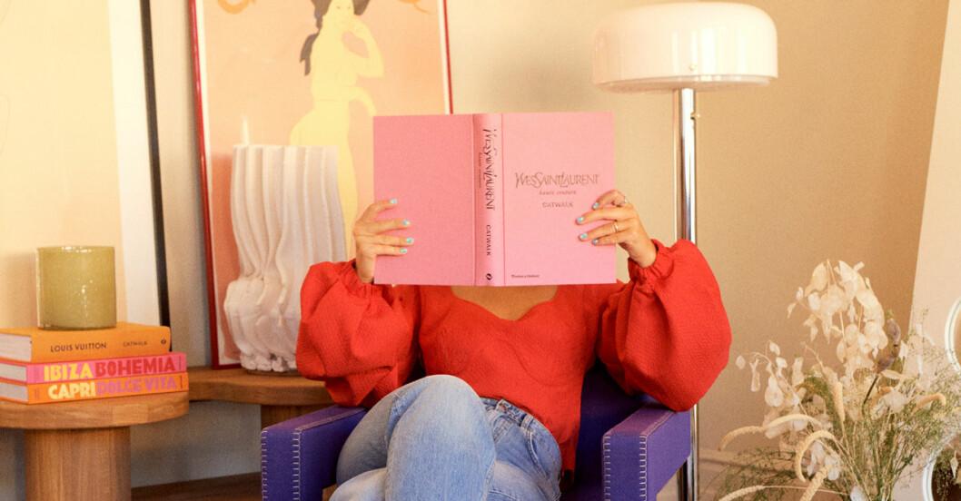Snygg inredningsbild och kvinna som läser bok.