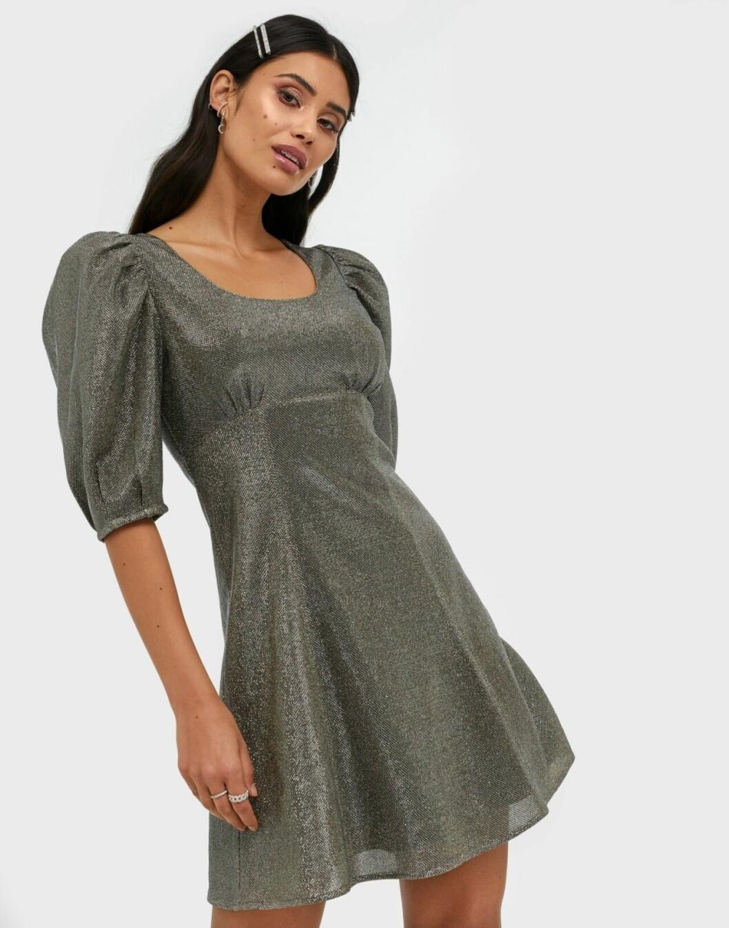Glittrig festklänning med puffärm från Adoore