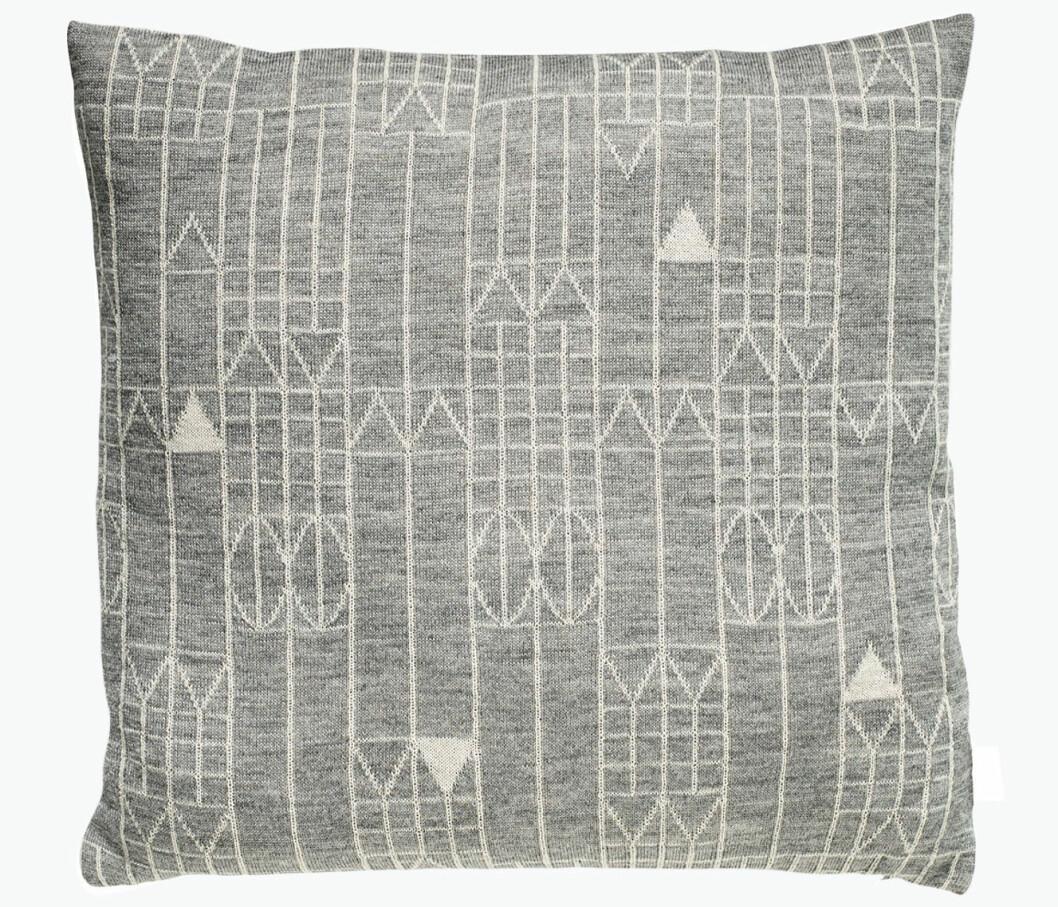 grå kudde med mönster