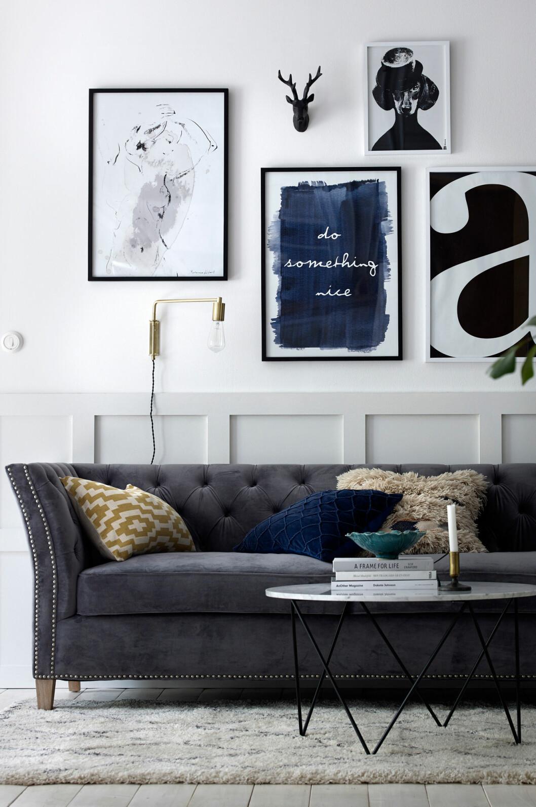 grå sammetssoffa
