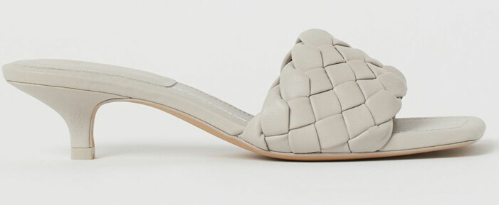 ljusgrå flätade sandaletter från H&M som påminner om Bottega Venetas sandaler