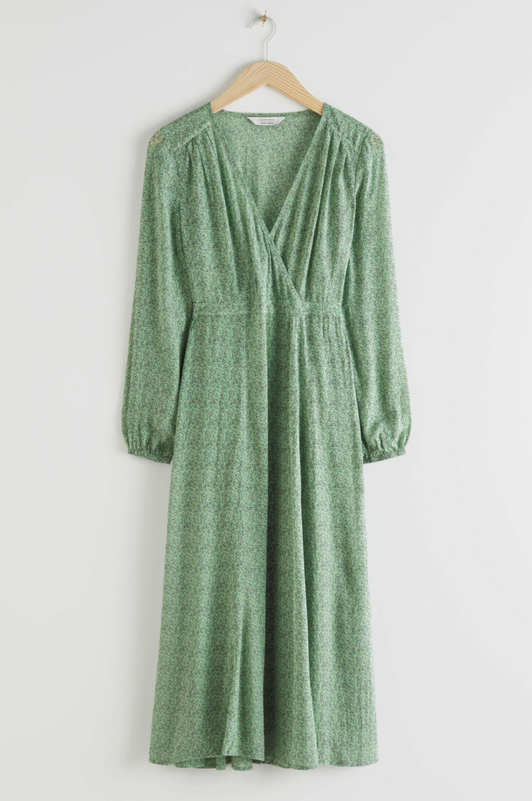 Grön blommig omlottklänning för dam till bröllopet 2020