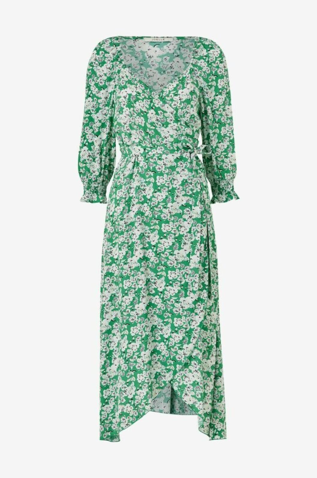 grön blommig klänning i omlottmodell till 2020