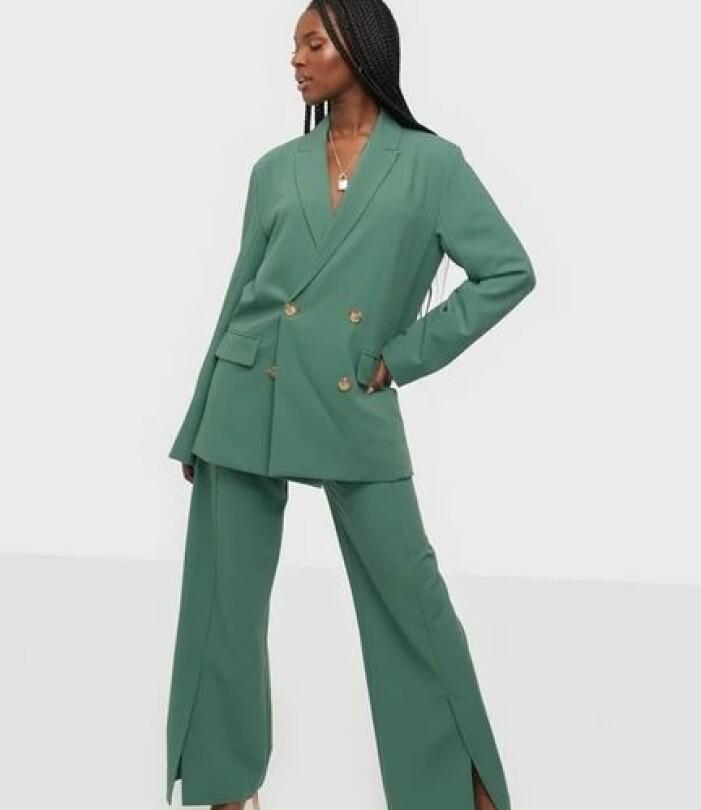 Grön kostym dam med dubbelknäppt kavaj